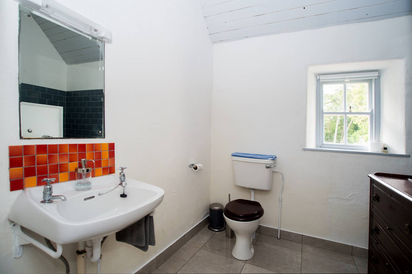 cottage_second_bathroom_2